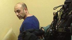 Ismael López, alias 'El Ojos', vigilado por un guardia civil.