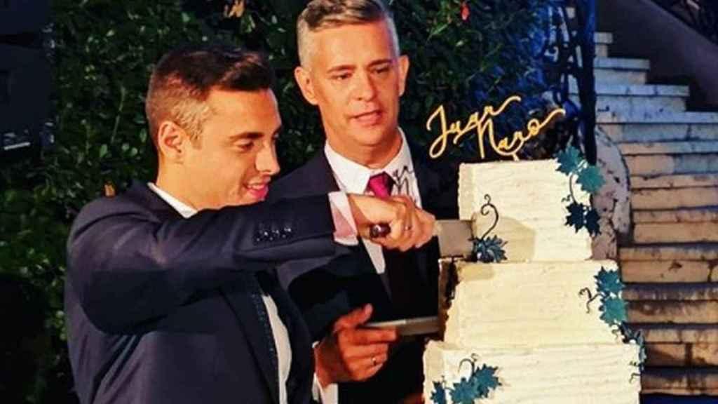 Juan y Nano partiendo la tarta tras la ceremonia.