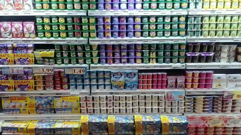 Estante de yogures en un supermercado.