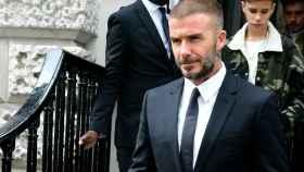 David Beckham vestido de traje para el desfile de su mujer.