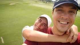 Carlos Negrín y Celia Barquín en un campo de golf.