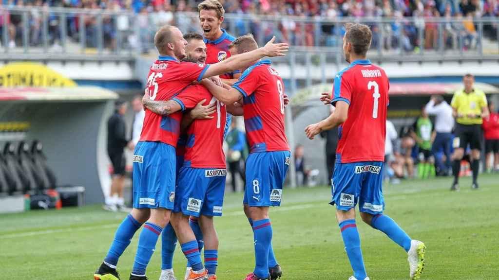 Los jugadores del Viktoria Plzen celebran un gol. Foto: Twitter (@fcviktoria_en)