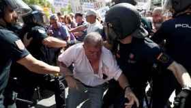 La Policía Nacional y los pensionistas durante la manifestación.