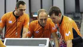 Los colegiados consultan el Instant Replay durante un partido