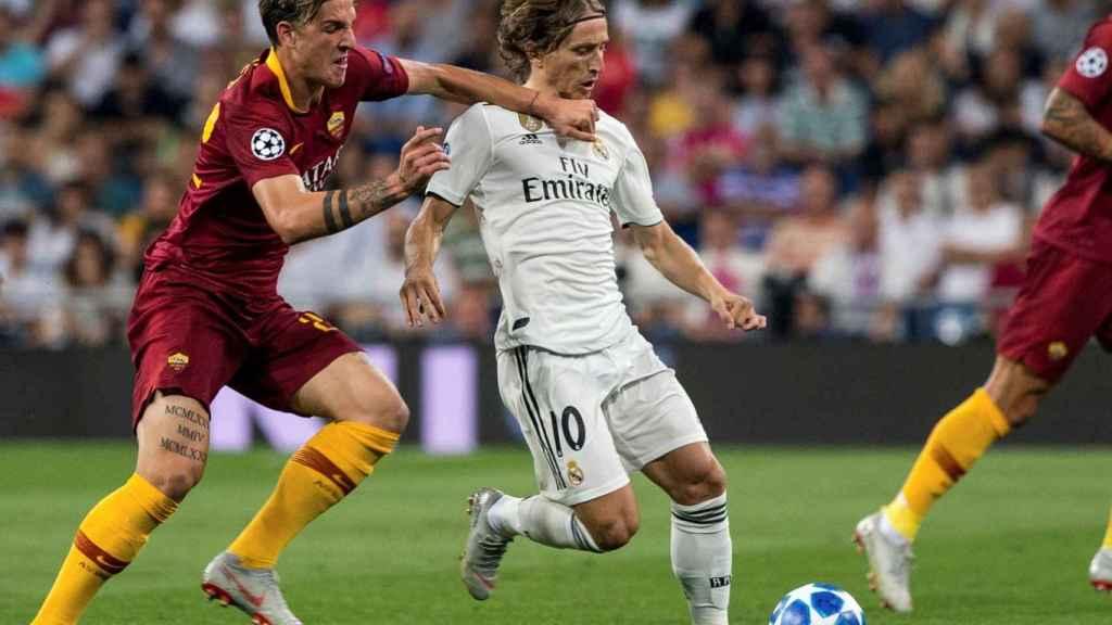 Luka Modric, defendido por un jugador de la Roma