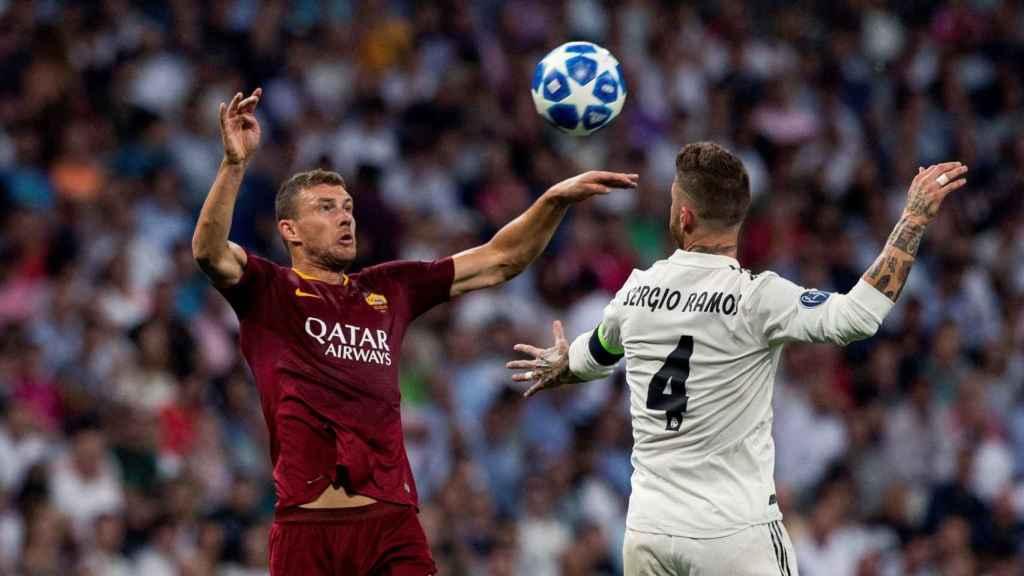 Sergio Ramos salta contra un jugador de la Roma