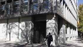 Un policía entra en la Audiencia Nacional.