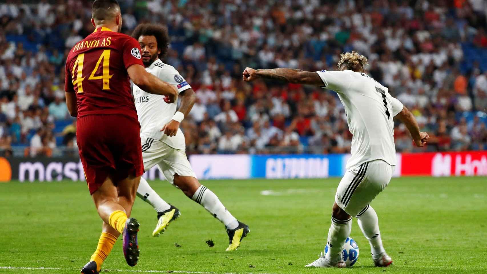 Mariano dispara a puerta para meter el tercer gol del Madrid a la Roma