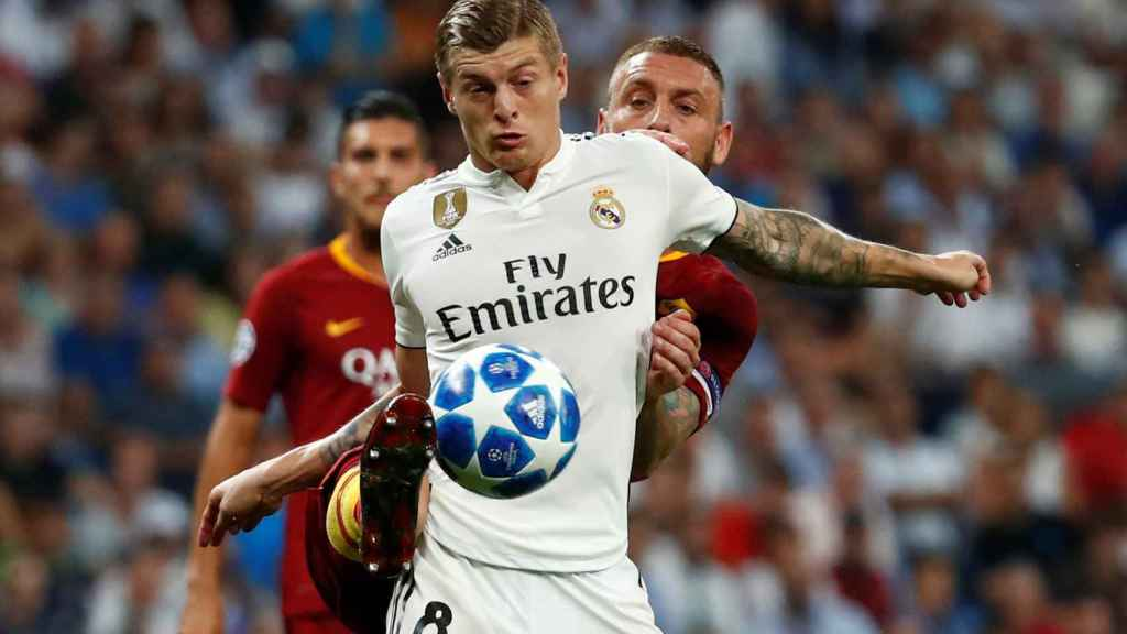 Kroos protege el balón ante la presión de un jugador de la Roma