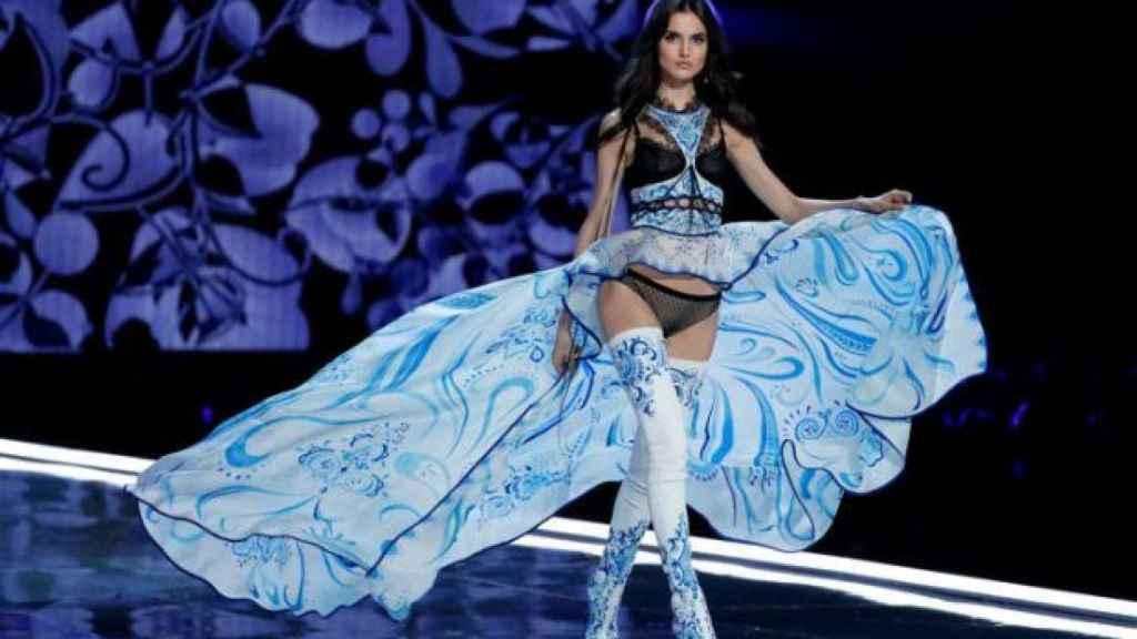 Blanca Padilla desfilando en la pasarela.