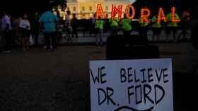 Manifestantes delante de la Casa Blanca en apoyo a Christine Ford.