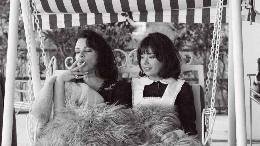 Carmena y Paco León hablan de sexualidad en el franquismo en este clip de 'Arde Madrid'.