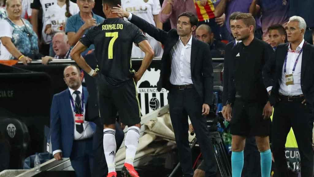 Cristiano se dirige al túnel de vestuarios tras ser expulsado contra el Valencia