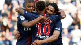 Mbappé, Neymar y Cavani se abrazan después de un gol del PSG al Angers