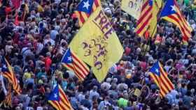 Aspecto del acto organizado por la ANC y Òmnium Cultural en Barcelona frente a la consejería de Economía.