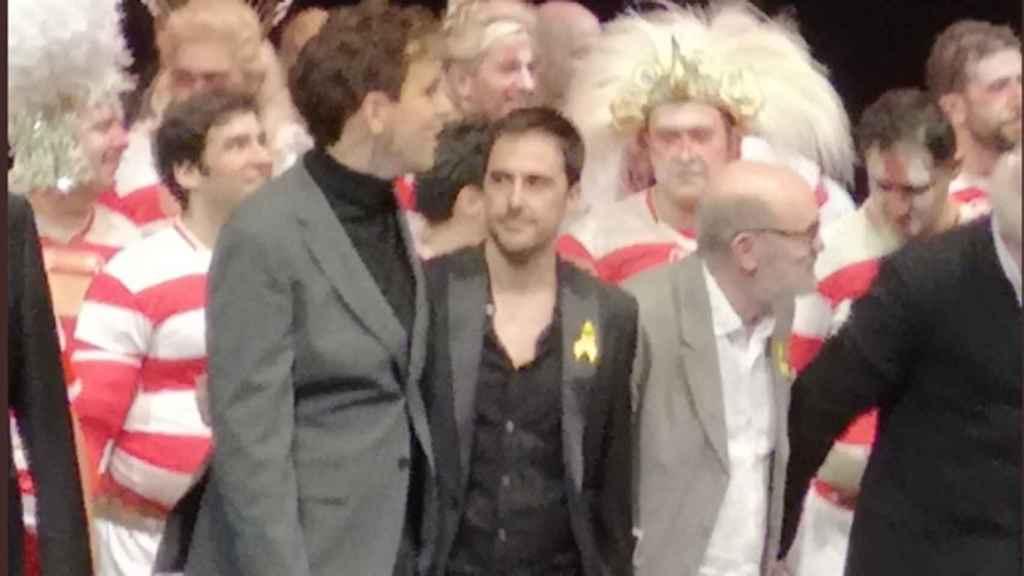 Alfons Flores y Lluc Castells, en el escenario con lazos amarillos.