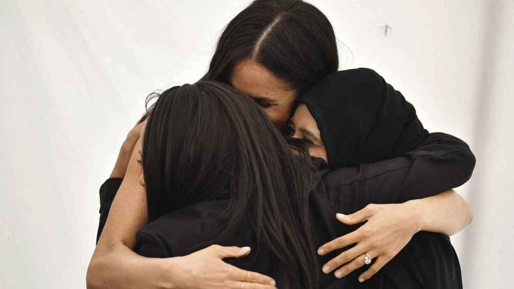 Meghan Markle abrazando a algunas de las voluntarias que acudieron al evento.