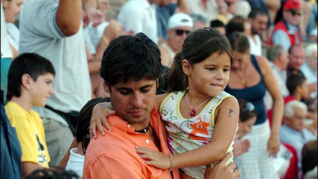 Tana Rivera de niña junto a su padre.