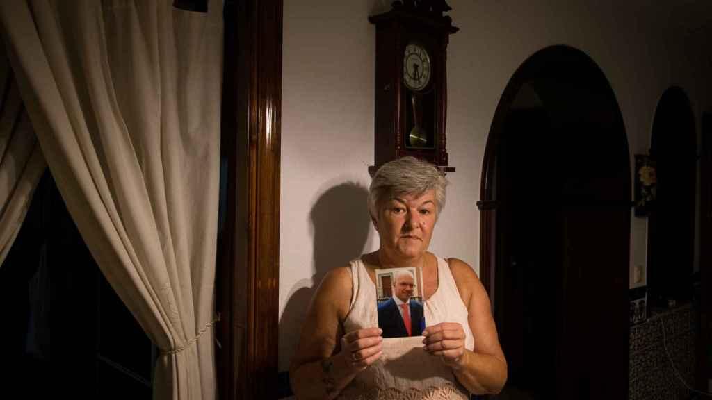 María José Rodríguez De La Carrera sostiene el retrato de su hermano José Enrique quien murió a los 39 años de edad.