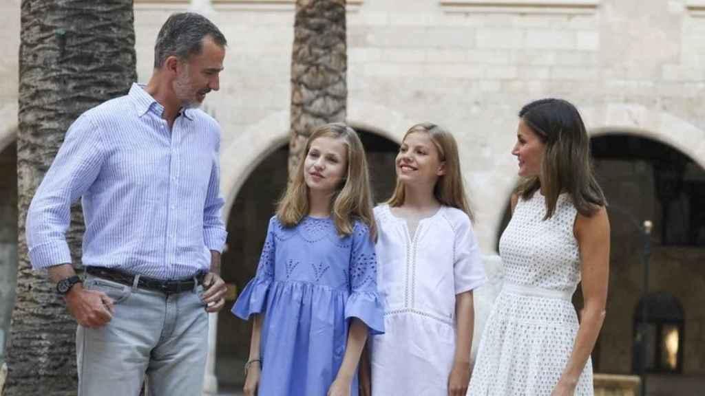 Felipe, sus dos hijas y la Princesa Sofía durante las vacaciones en Mallorca este verano.
