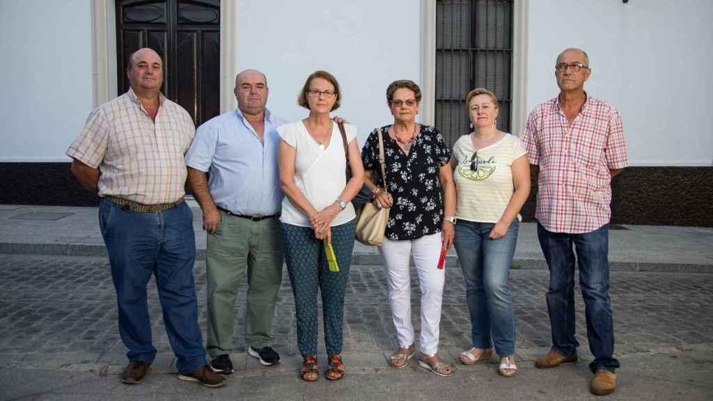 De izquierda a derecha, Manuel, José, Rocío Inmaculada, Carmen, Rocío, Romualdo, descendientes de María Dolores.