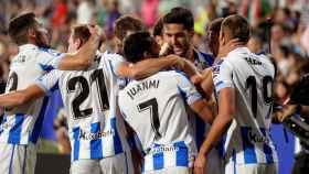 Los jugadores de la Real Sociedad se abrazan tras marcarle un gol al Huesca