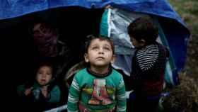 Un refugiado sirio junto a su tienda de campaña cerca del asentamiento de Moria