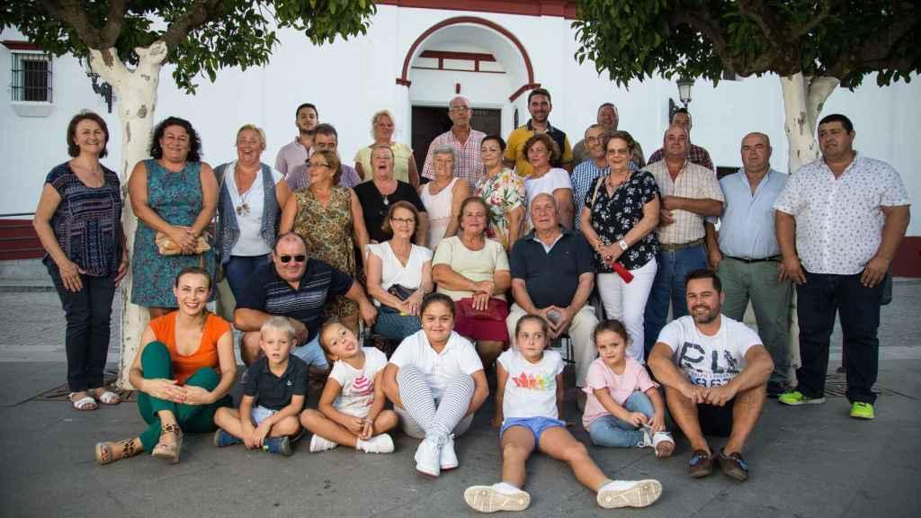 Miembros de varias generaciones de la familia De La Carrera en la plaza de la Constitución de Olivares (Sevilla).