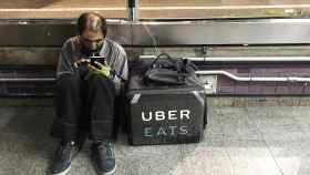 Un 'rider' de Uber Eats espera un pedido.