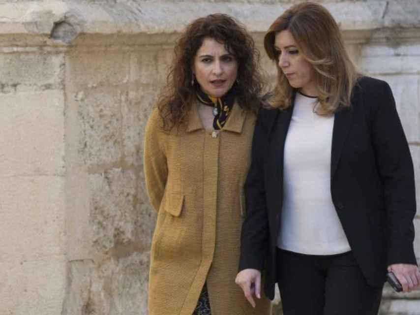 María Jesús Montero era consejera de Hacienda de la Junta de Andalucía hasta que Pedro Sánchez la reclutó para su Gobierno. En la imagen aparece dialogando con la presidenta andaluz, Susana Díaz.