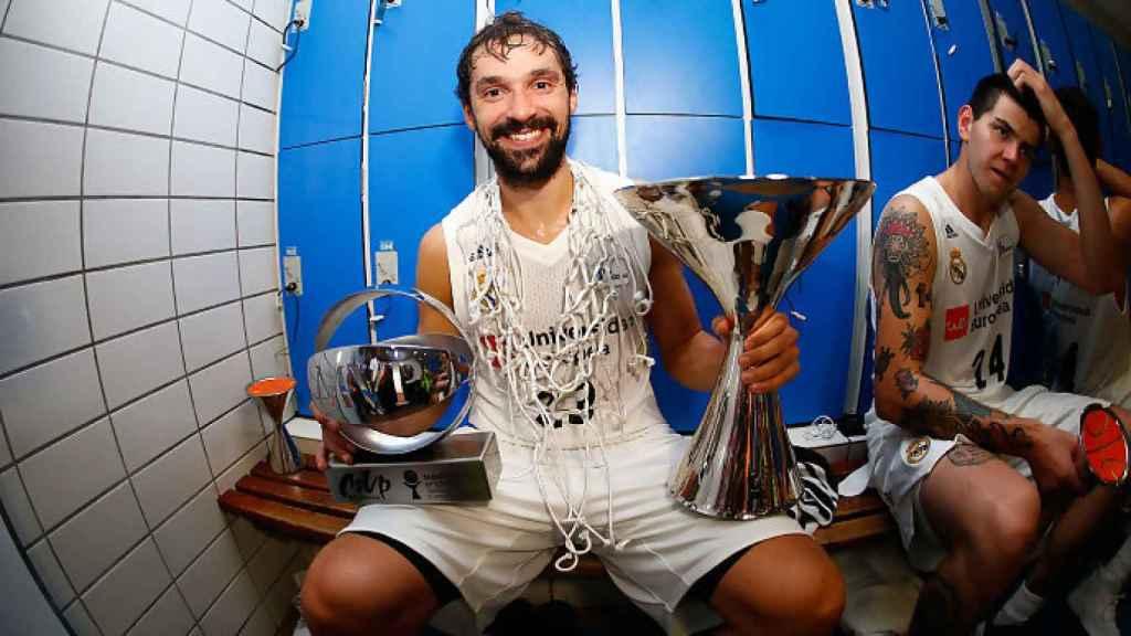 Sergio Llull con los trofeos de la Supercopa y el MVP. Foto: acb.com