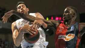 Gustavo Ayón e Ilimane Diop pelean el balón