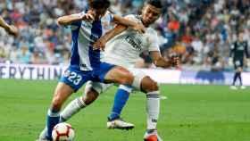 Casemiro defiende un balón ante Parejo