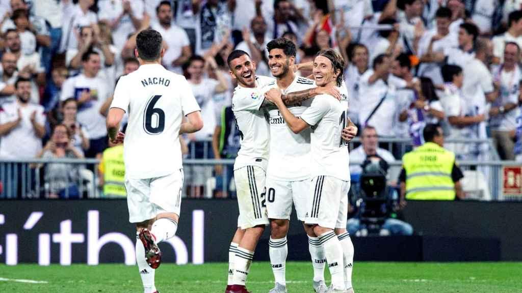 Los jugadores del Real Madrid celebran un gol de Asensio