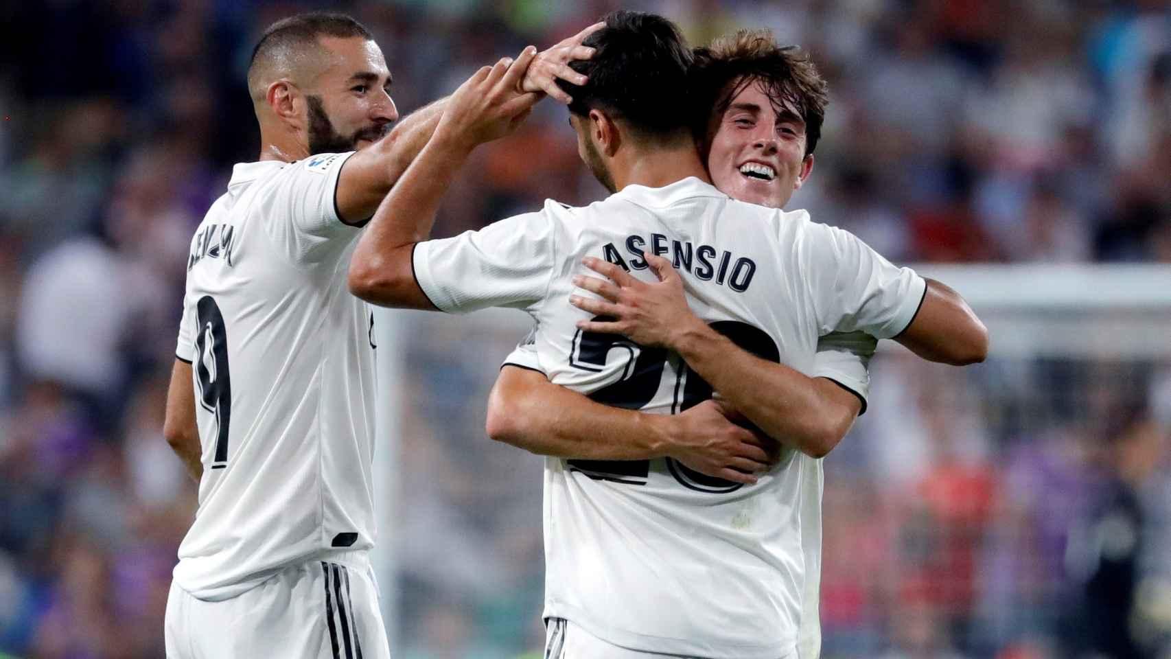 Odriozola y Benzema celebran con Asensio su gol