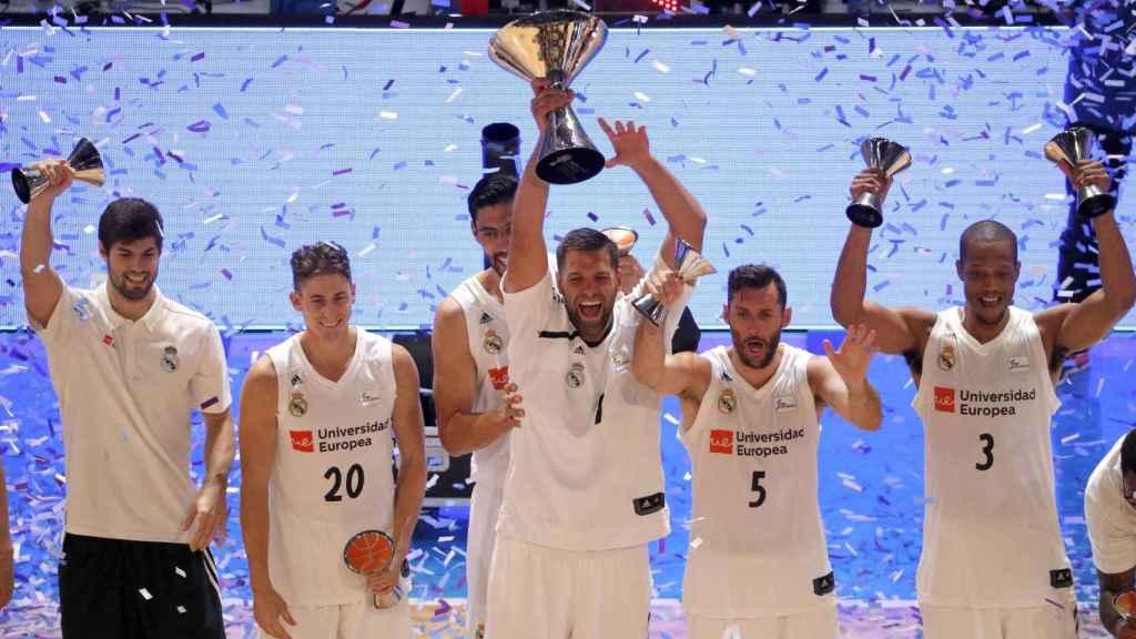 Felipe Reyes levanta la Supercopa de España de baloncesto