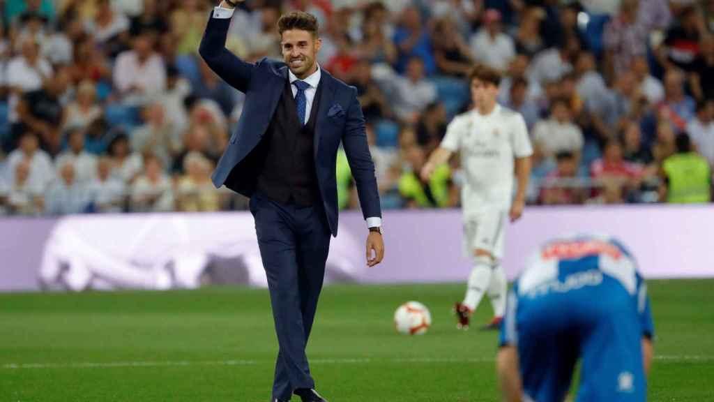 El piragüista Carlos Garrote hace el saque de honor en el Real Madrid - Espanyol