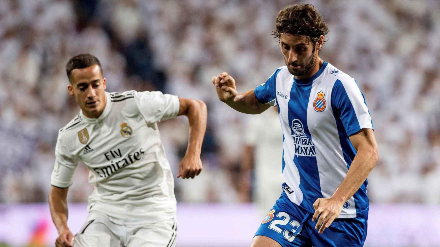 Lucas Vázquez pelea un balón con Granero