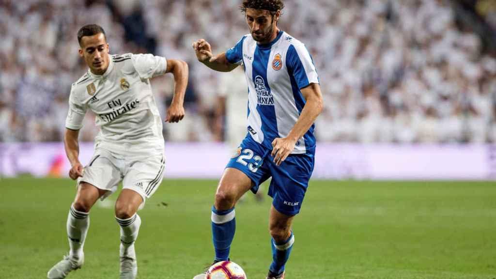 Lucas Vázquez pelea un balón con Granero, en una imagen de archivo.