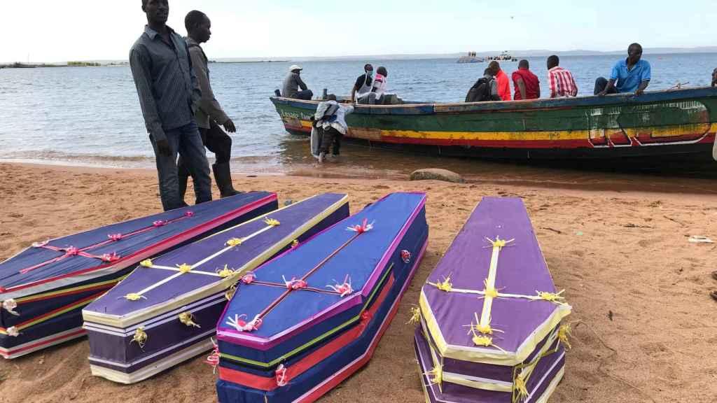 Voluntarios ayudan a recoger los cuerpos de los fallecidos tras el naufragio en Tanzania.