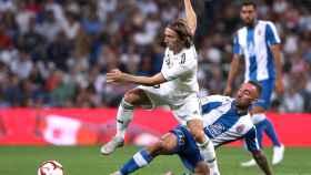 Luka Modric, presionado por un jugador del Espanyol