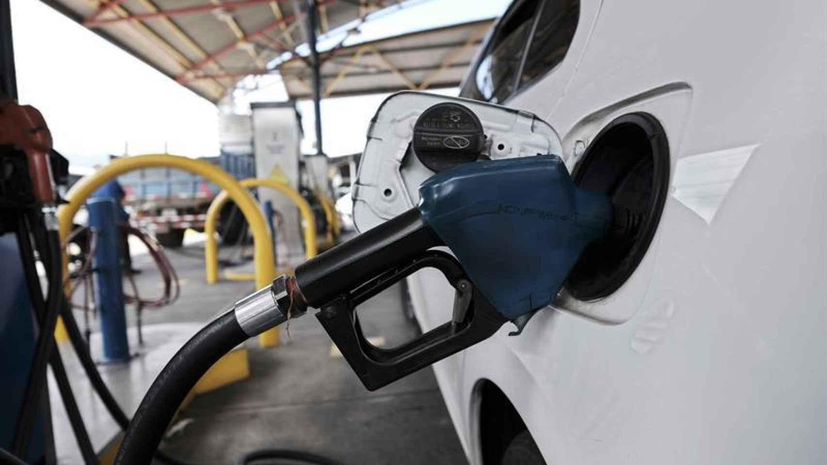 Un coche echa diésel en la gasolinera.