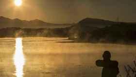 El primer sol de otoño asoman sobre el embalse de Ullibarri-Ganboa, en la localidad alavesa de nanclares de Gamboa, próxima a Vitoria.