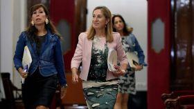 Ana Pastor, junto a Alicia Sánchez Camacho y por delante de Rosa Romero, las otras dos miembros del PP en la Mesa.