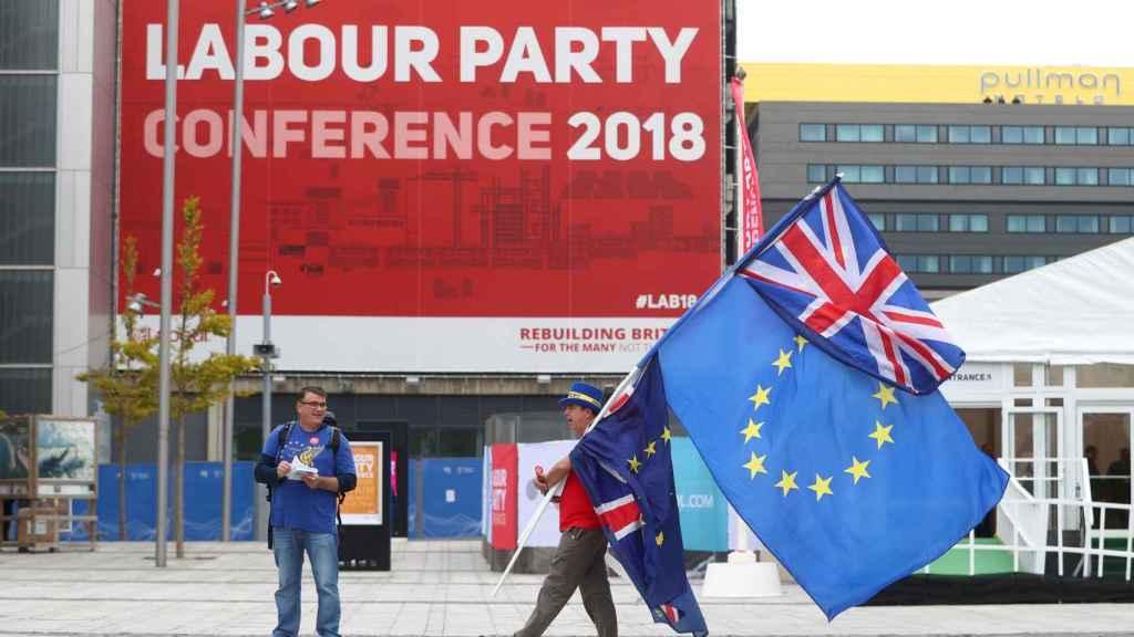 Partidarios de la UE fuera de la sede del Congreso del Partido Laborista en Liverpool.
