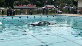 Acaba en el fondo de una piscina intentado aparcar en una práctica de coche