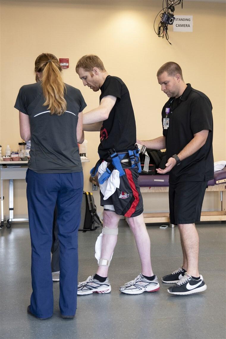 paciente paralitico caminando de nuevo chip implantes electricos medula espinal