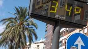 Un termómetro marcando altas temperaturas.
