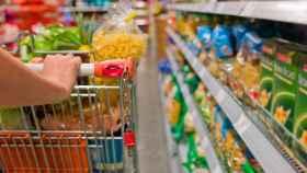 Una persona realiza la compra semanal en el supermercado.