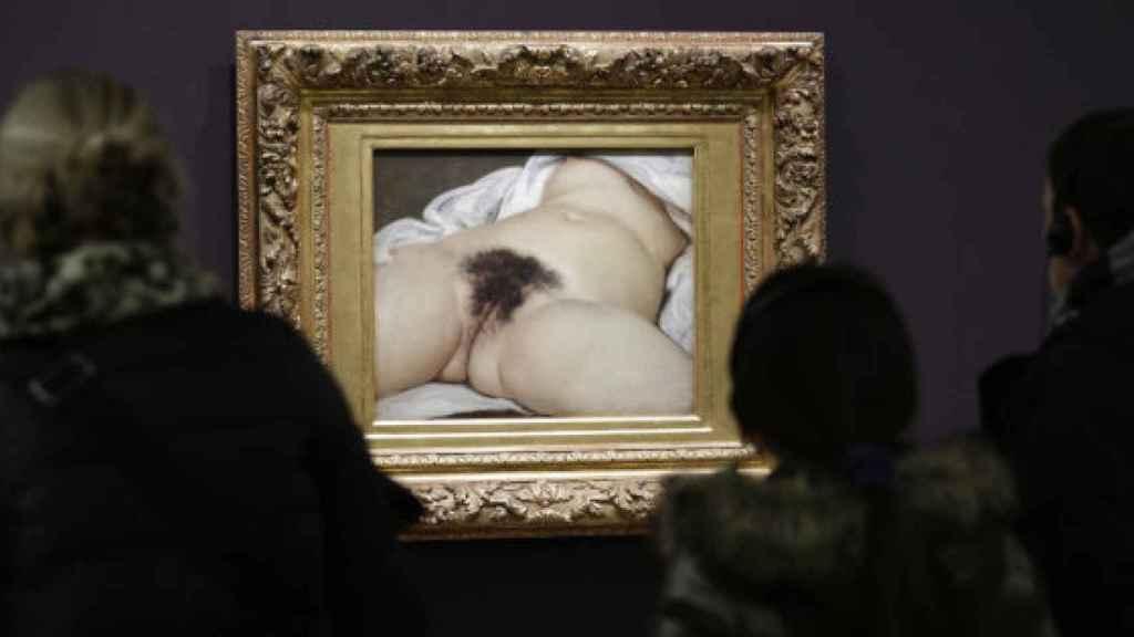 Visitantes observan 'El origen del mundo' en el Museo de Orsay.